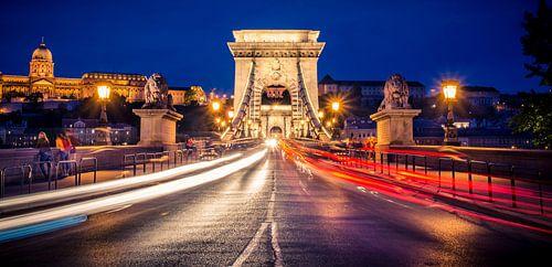 Kettenbrücke in der 't Einbruch der Nacht, Budapest von Sven Wildschut