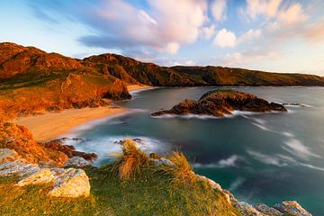 La côte irlandaise à la lumière dorée sur