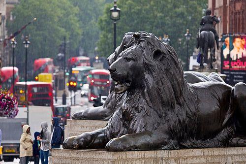 Kijkje op Whitehall vanaf Trafalgar Square te Londen van