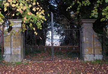 Villa achter hek sur Fatima Maria Mernisi