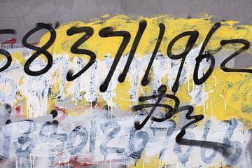 graffiti met nummers op de betonnen muur van Tony Vingerhoets