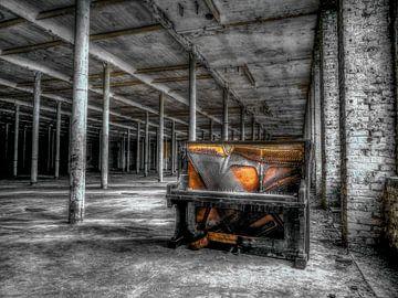 Piano in verlaten gebouw van Natasja Martijn