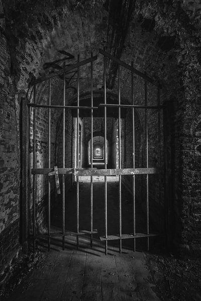 Een verlaten gevangenis in zeer slecte staat in zwart wit