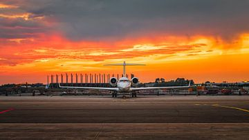 Bombardier zonsondergang op Schiphol Oost van Mark de Bruin