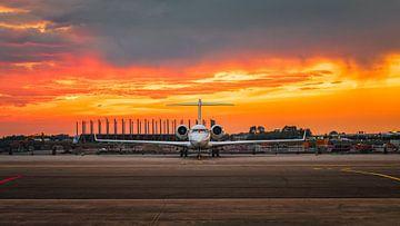 Bombardier-Sonnenuntergang in Schiphol East von Mark de Bruin