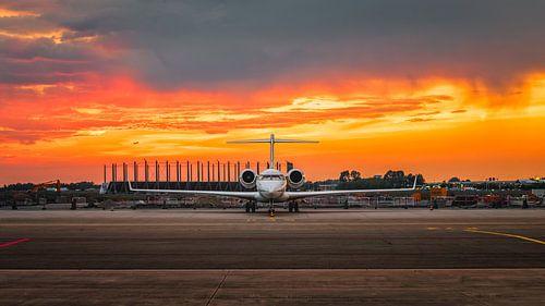 Bombardier zonsondergang op Schiphol Oost van