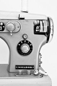 Foto van een gedeelte van een retro naaimachine in zwart wit van Therese Brals