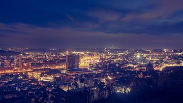 Panoramafoto mit Blick auf die Maas und die bunt beleuchtete wallonische Stadt Lüttich, aufgenommen  von Daan Duvillier