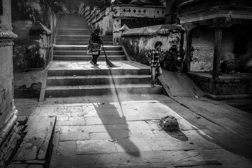 Bezemende vrouw in Kathmandu Nepal van Wout Kok