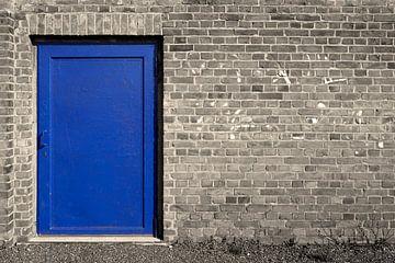 Metalen deur aan een gevel van Heiko Kueverling