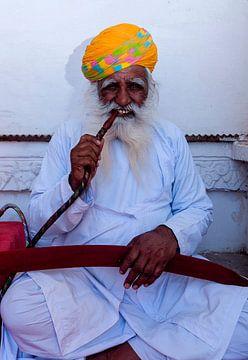 India: Man met waterpijp in Fort Mehrangarh (Jodhpur) van Maarten Verhees