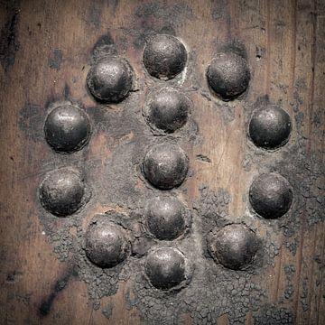 clous dans une planche de bois (ronde) sur Danny den Breejen