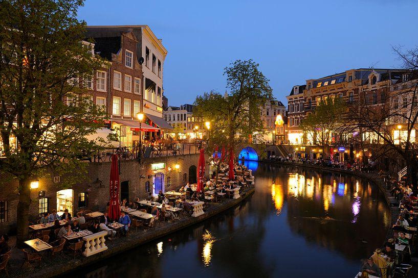 De Oudegracht in Utrecht tussen de Jansbrug en de Bakkerbrug (1) van Donker Utrecht