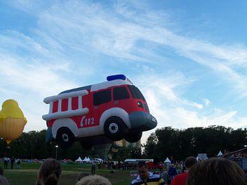 Een brandweer die vertrekt vanaf het ballonfiesta van Wilbert Van Veldhuizen