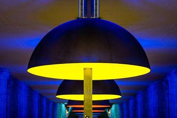 Lampen in München U-Bahn-Station mit lebendigen Farben Close Up von Andreea Eva Herczegh