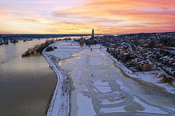 Luchtfoto van het besneeuwd stadje Rhenen in de winter in Nederland bij zonsondergang van Nisangha Masselink
