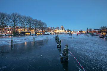 De Munt Utrecht wintersfeer met ijs en schaatsers in de avond van André Russcher