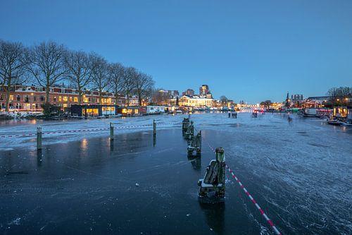 De Munt Utrecht wintersfeer met ijs en schaatsers in de avond