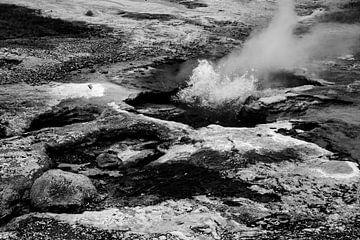 Geothermisches Feld in Island, in schwarz und weiß von Anne Ponsen