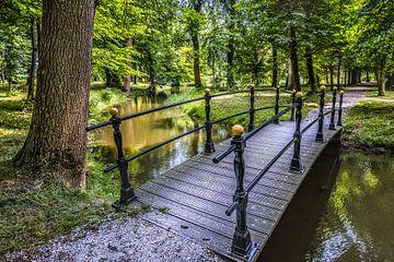 Bruggetje in het park van Martena State, Cornjum von Harrie Muis