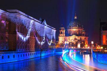 La cathédrale de Berlin sur la Spree avec un bateau sur Frank Herrmann