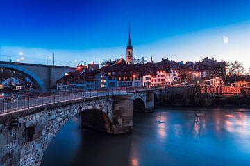 Oude binnenstad van Bern met de Aare bij nacht van Leon Brouwer