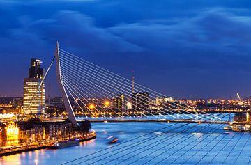 Erasmusbrug blauwe uur sur Dennis van de Water