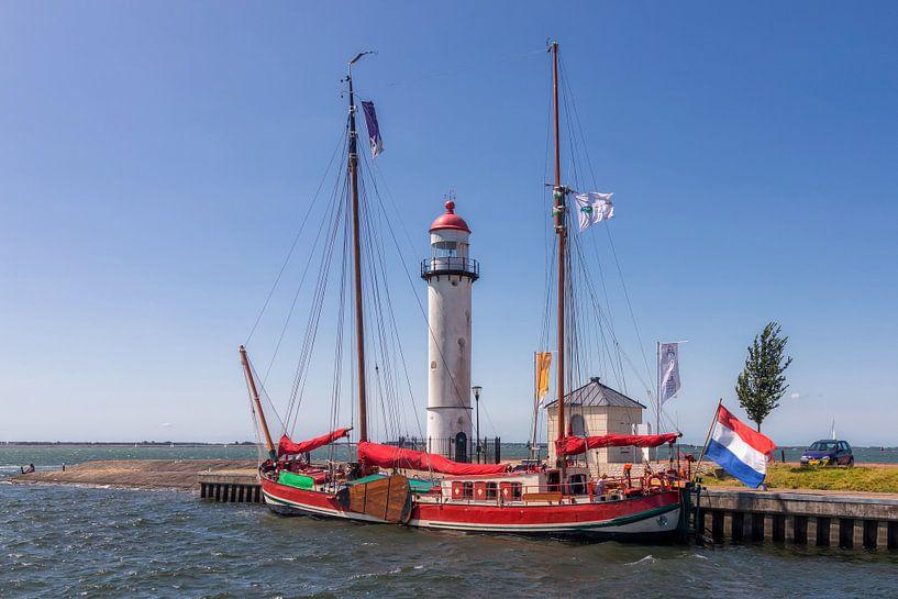 Authentiek zeilschip bij de vuurtoren van Hellevoetsluis van Bram van Broekhoven