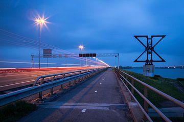 Rote Rücklichter über die Moerdijkbrug  von Eugene Winthagen