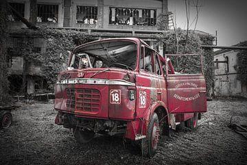 Brandweerwagen in verlaten stad in Italië van Atelier Liesjes