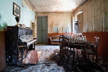 Klavier im verlassenen Wohnzimmer.