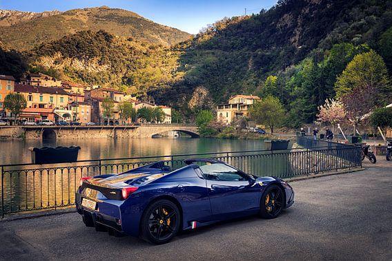 Ferrari 458 Aperta bij een meer in dorp Italie van Ansho Bijlmakers