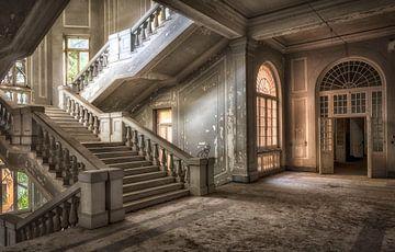 Treppenhaus grau in verlassenen Krankenhaus von Kelly van den Brande