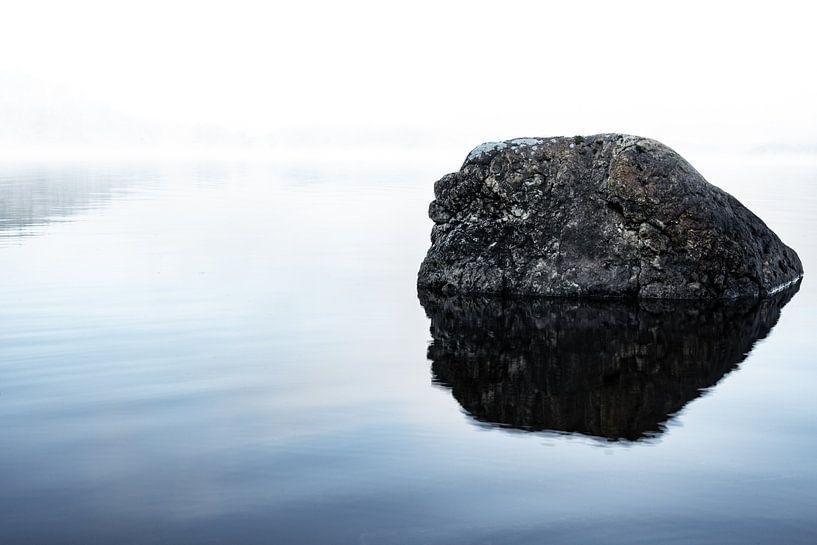 Roche dans le lac sur Tomas Grootveld