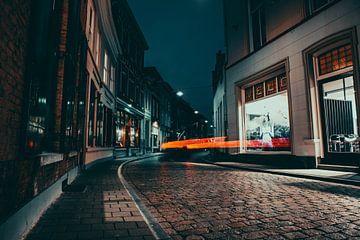 Auto in een donkere straat in 's-Hertogenbosch von Bas Glaap