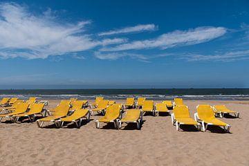 Gele strandstoelen aan het Noordzee strand van Cilia Brandts