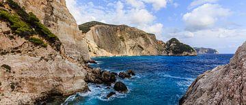 Rotswand aan zee op Zakynthos (Griekenland) van Matthijs de Rooij
