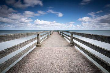 Wolken en zee bij de pier van Omaha Beach Normandië  von Silvia Thiel