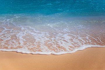 Strand mit Welle von Marcel Krol