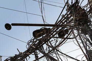 Verwechslung von Kabeln um einen Strommast herum von Tjeerd Kruse