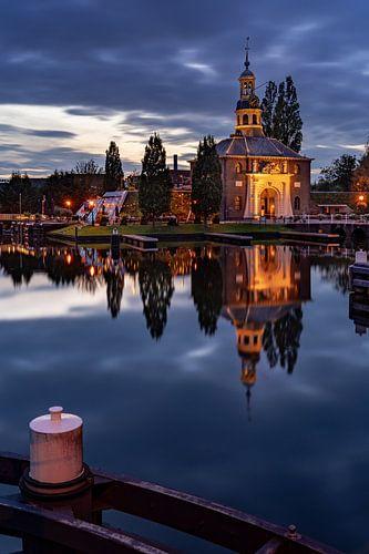 De Zijlpoort in Leiden in de avond (staand)