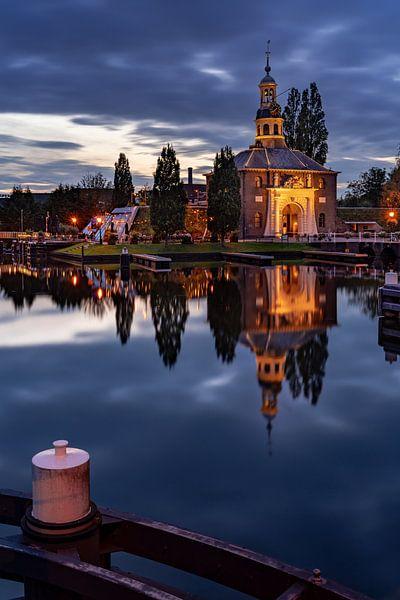 De Zijlpoort in Leiden in de avond (staand) van Martijn Joosse