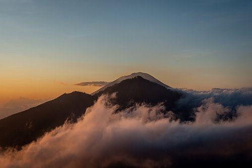 Mount Batur, Bali, omgeven door wolken