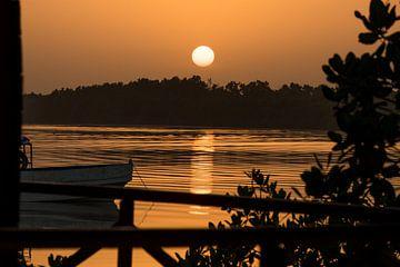 Zonsopkomst in Gambia boven rivier van Bintang Bolong van Susan van der Riet