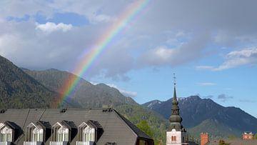 Regenbogen über dem Dorf Kranshka Gora in den slowenischen Alpen von Gert Bunt