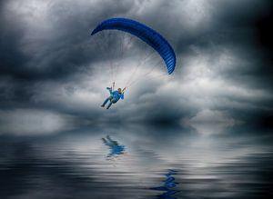 Parasailor boven water