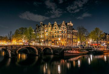 Verlichte grachtenpanden  in Amsterdam op een heldere avond avond, hoek Prinsengracht en Brouwersgra van Roger VDB