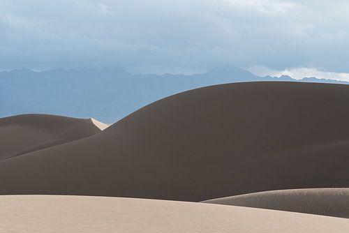 Berg van zand onder de wolken in de woestijn | Iran