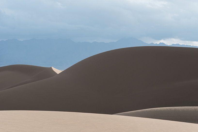Berg van zand onder de wolken in de woestijn | Iran van Photolovers reisfotografie