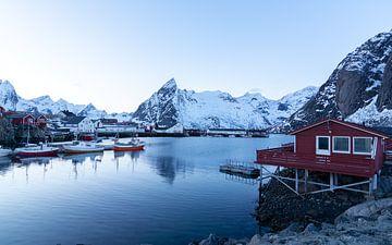 Rote Kabine in Norwegen von Samantha van Leeuwen